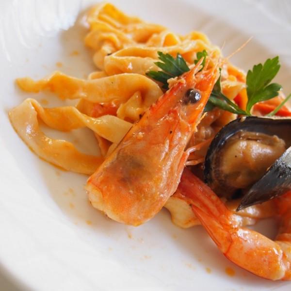 海老とムール貝のトマトクリームパスタ